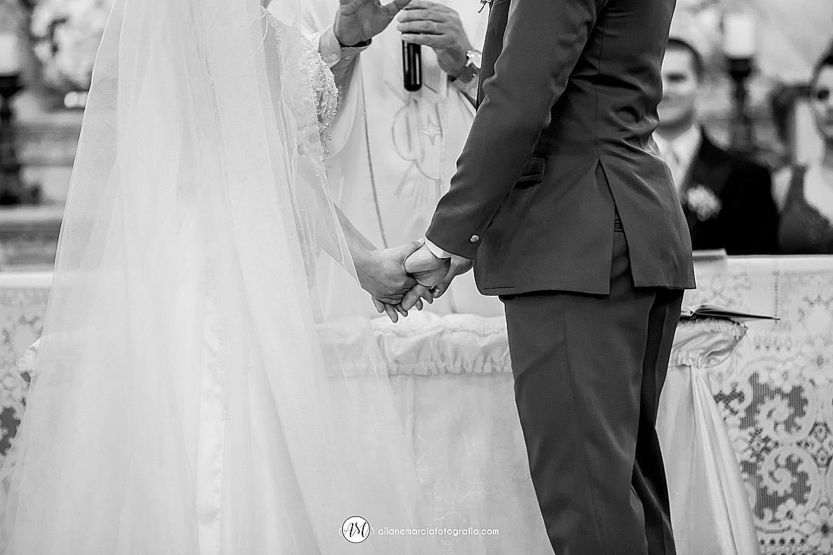 noivos de mãos dadas no casamento