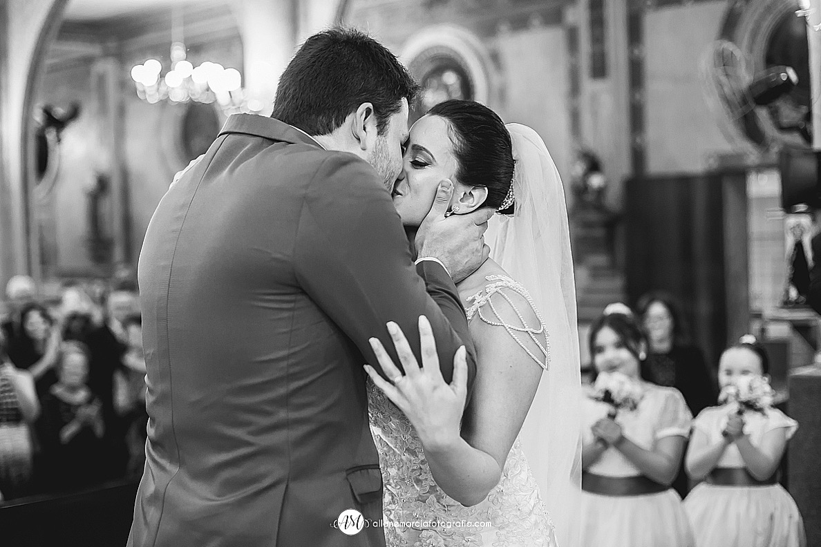 beijo dos noivos na cerimonia do casamento