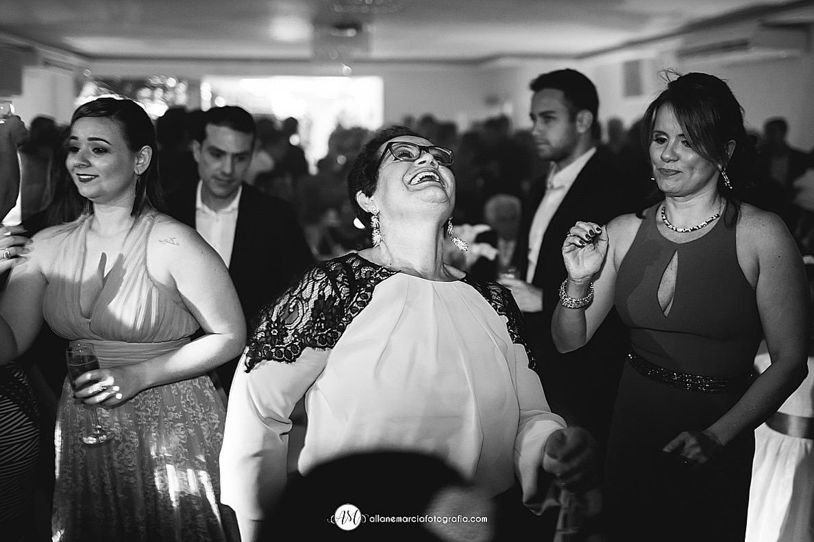 convidados dançando.