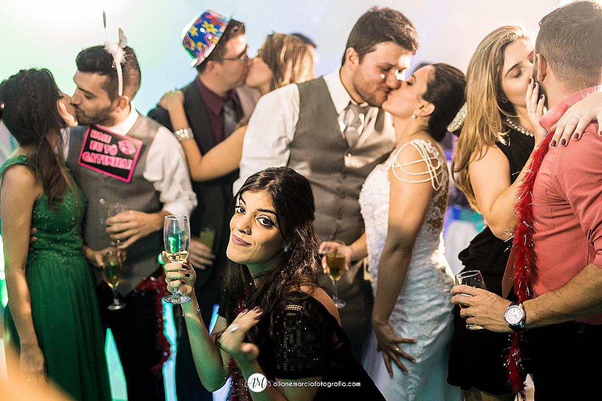casais de beijando na pista de dança