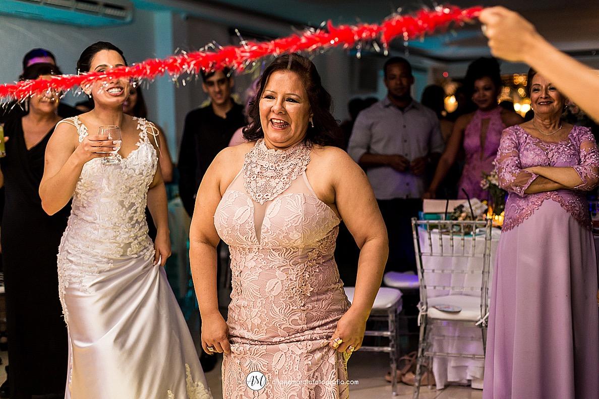 mãe da noiva dançando