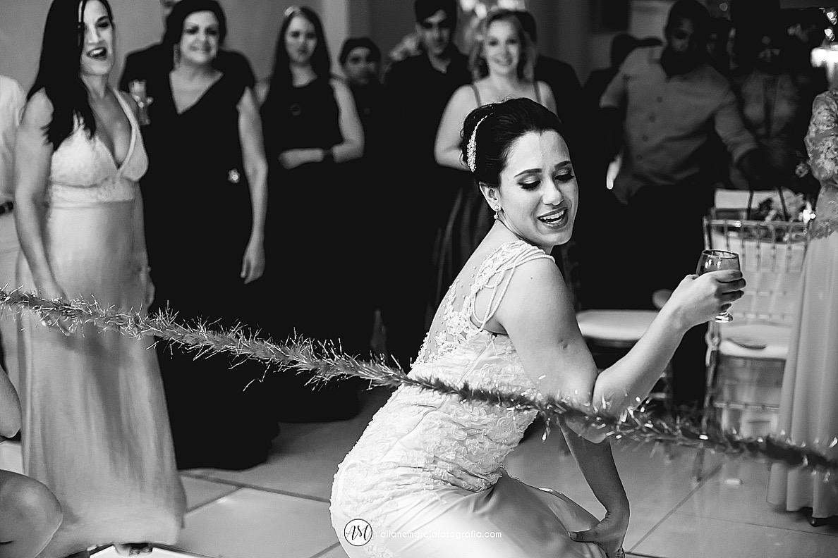 noiva passando pela corda na pista de dança