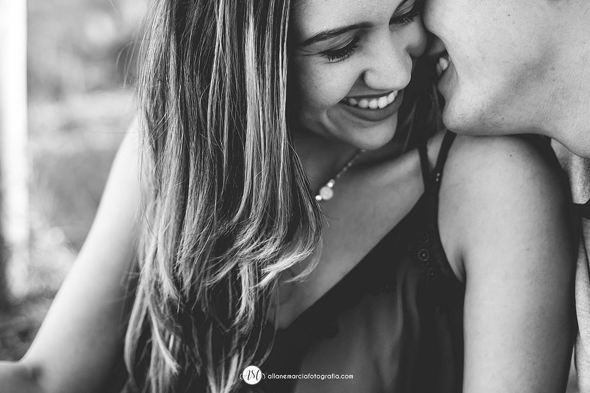 noivo fazendo a noiva sorrir