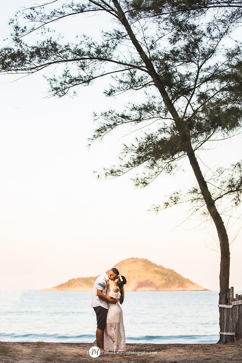 casal de beijando na praia de grumari