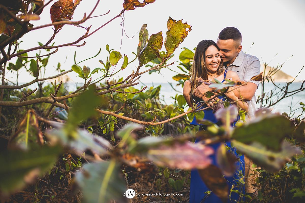 noivos sorrindo no ensaio pré-casamento