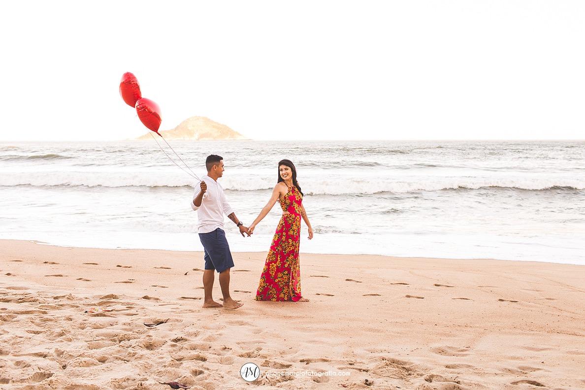 noivos na praia com balão