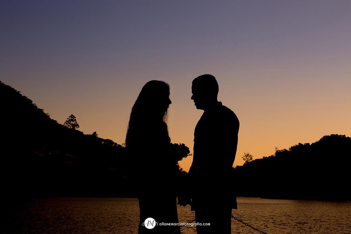 foto no por do sol de casamento