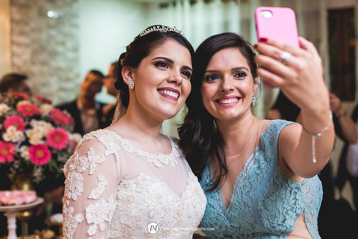 madrinha da noiva fazendo selfie no celular