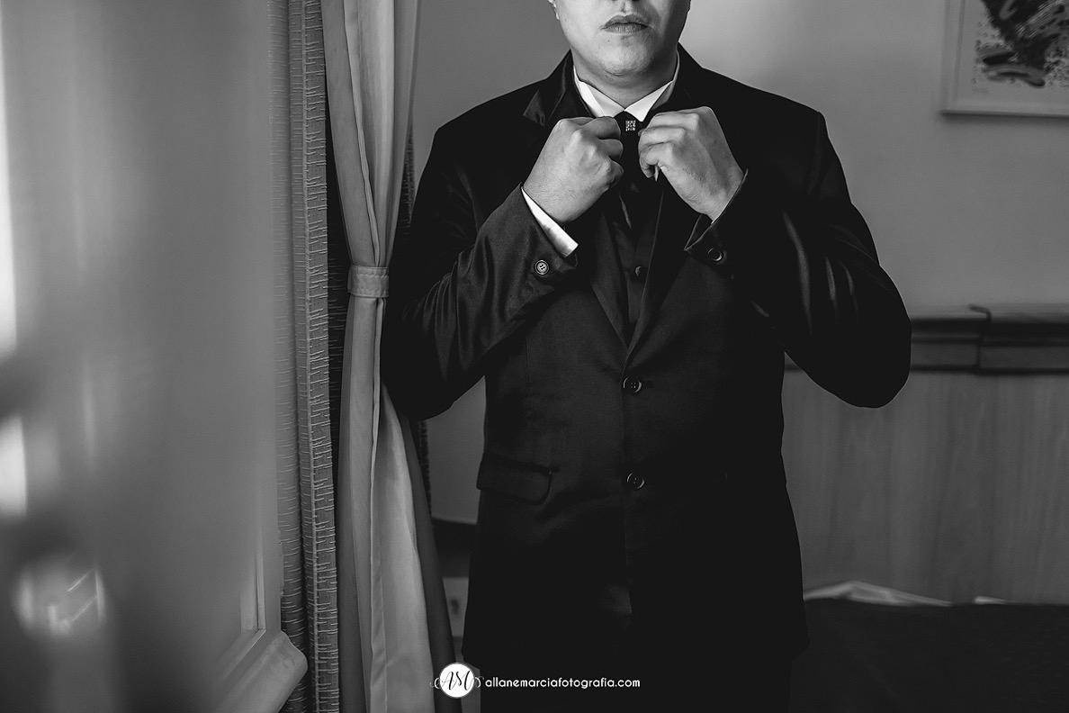 noivo ajustando a gravata