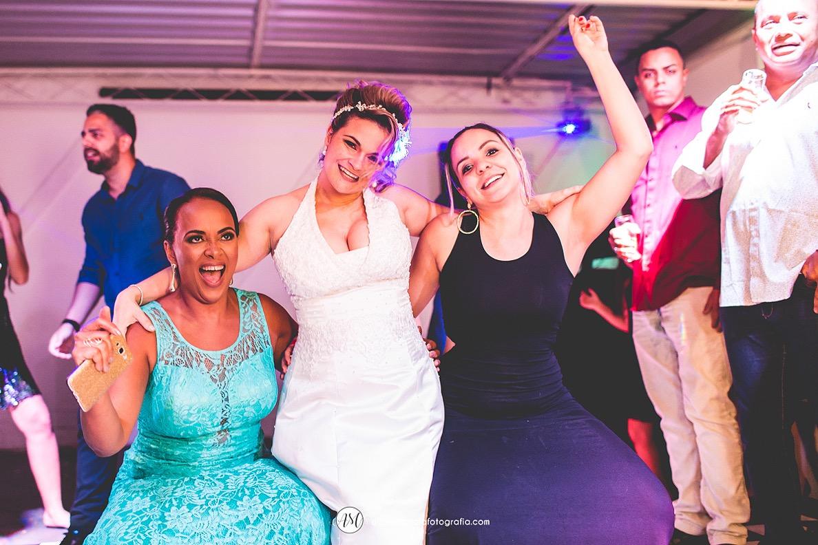 noiva com amigas na pista de dança