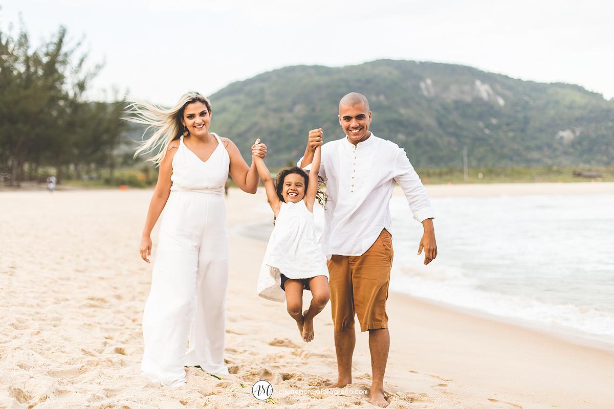 criança com os pais na praia