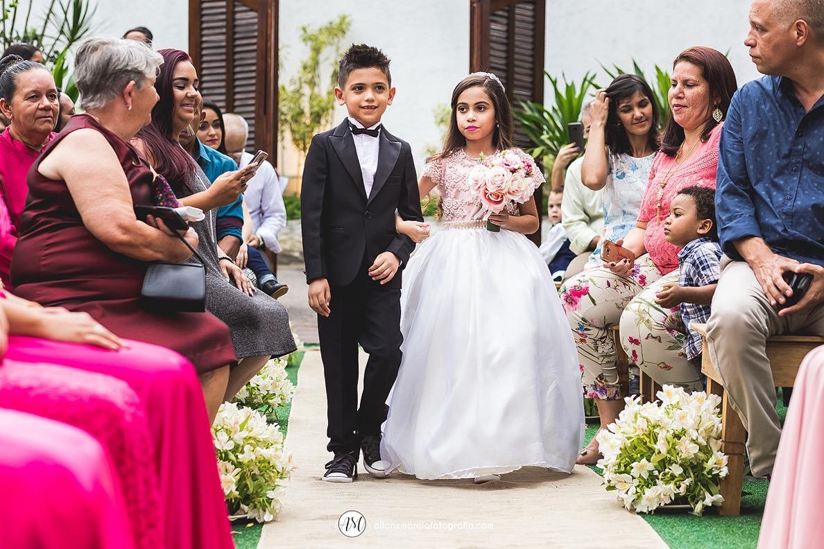 entrada da dama e pajem em casamento ar livre