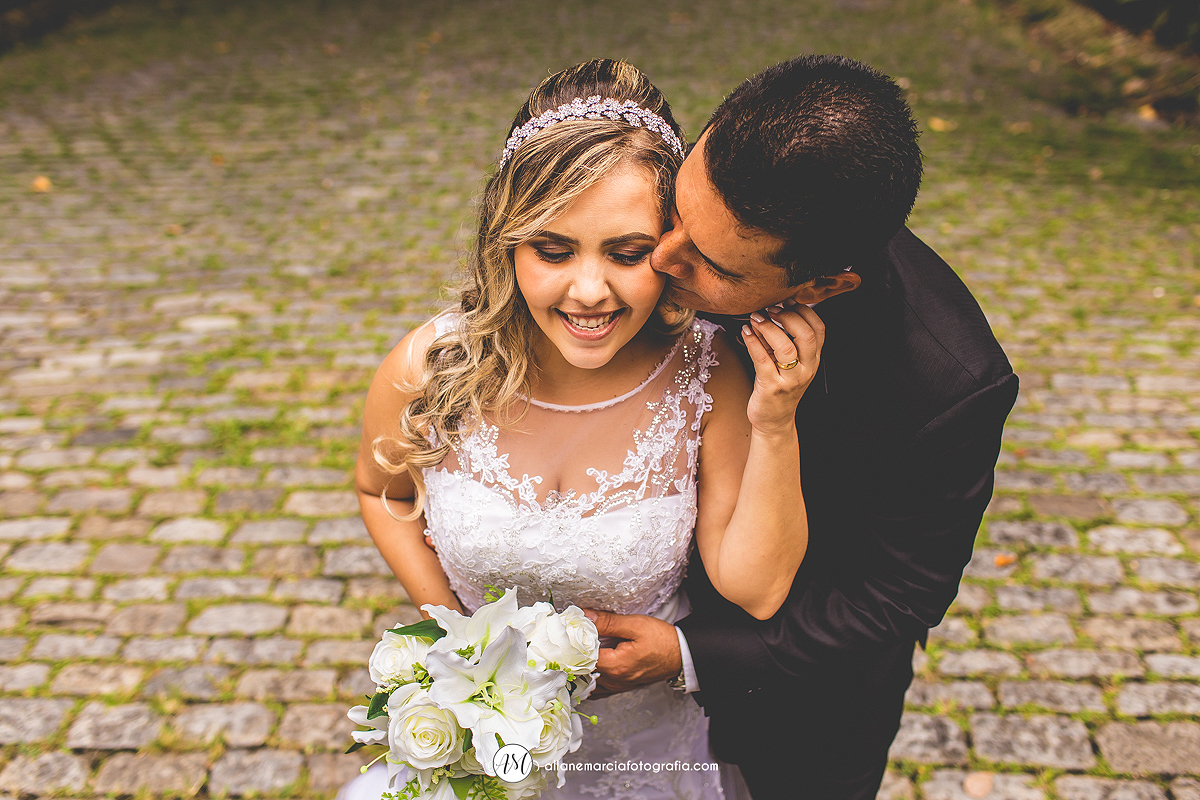 noivo beijando a noiva