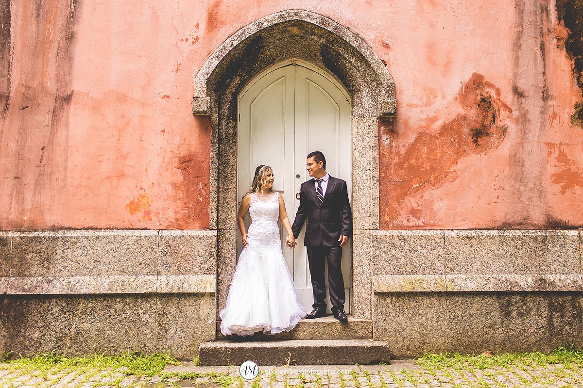 noivos se olhando em ensaio pós-casamento