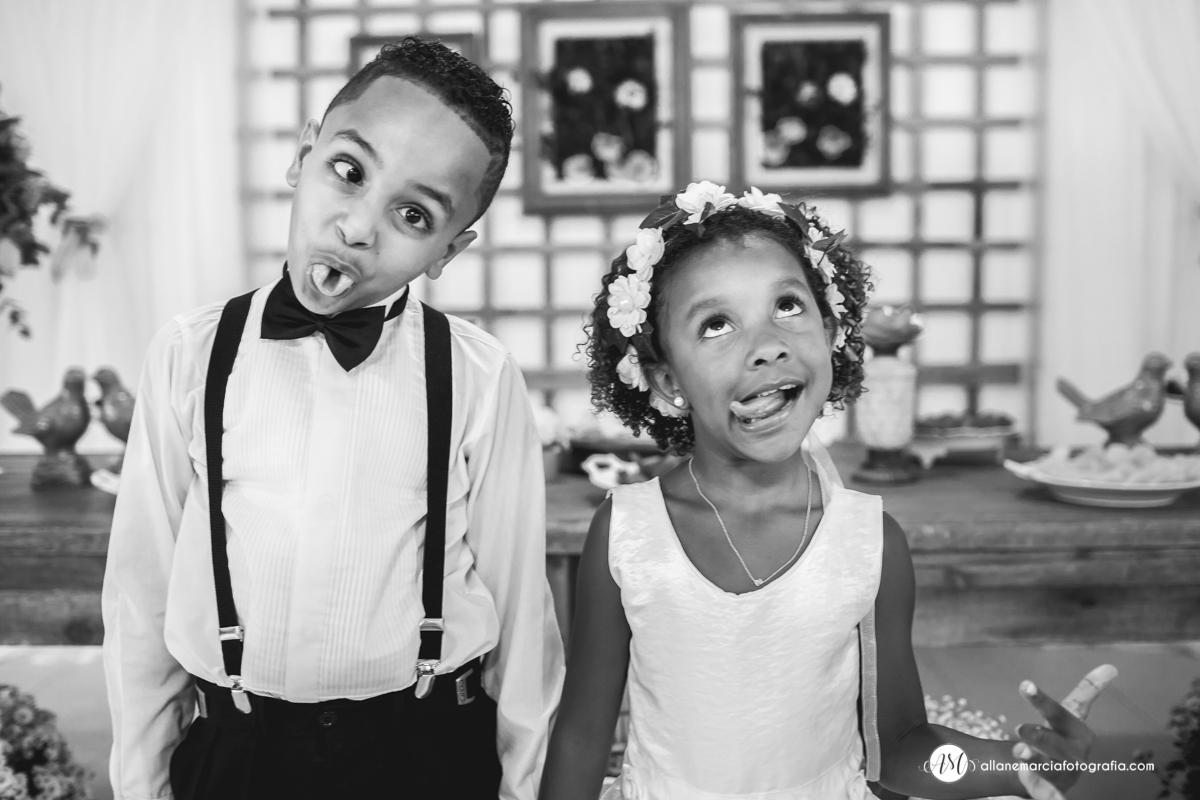 crianças fazendo caretas no casamento