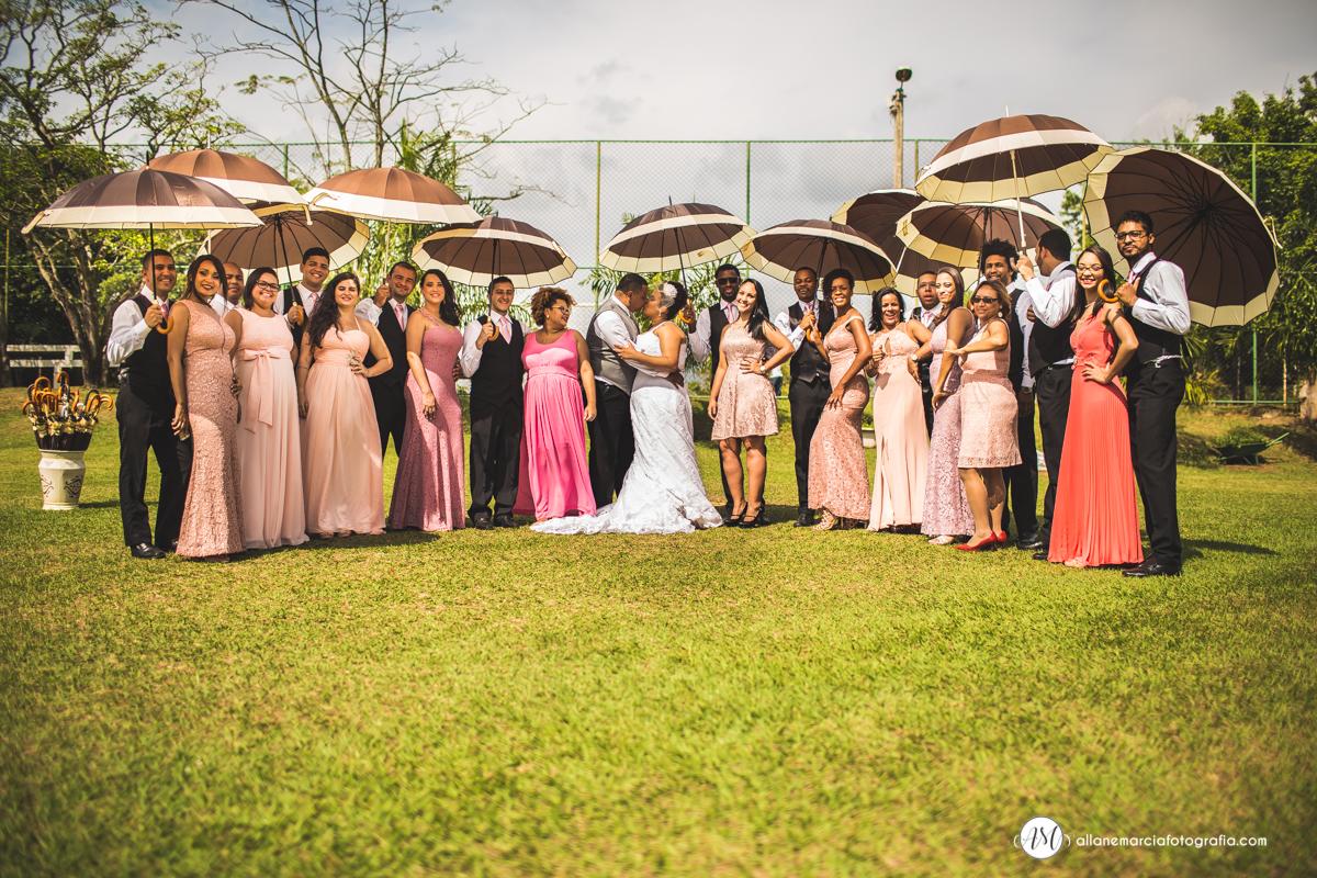 foto criativa dos noivos com padrinho em sitio