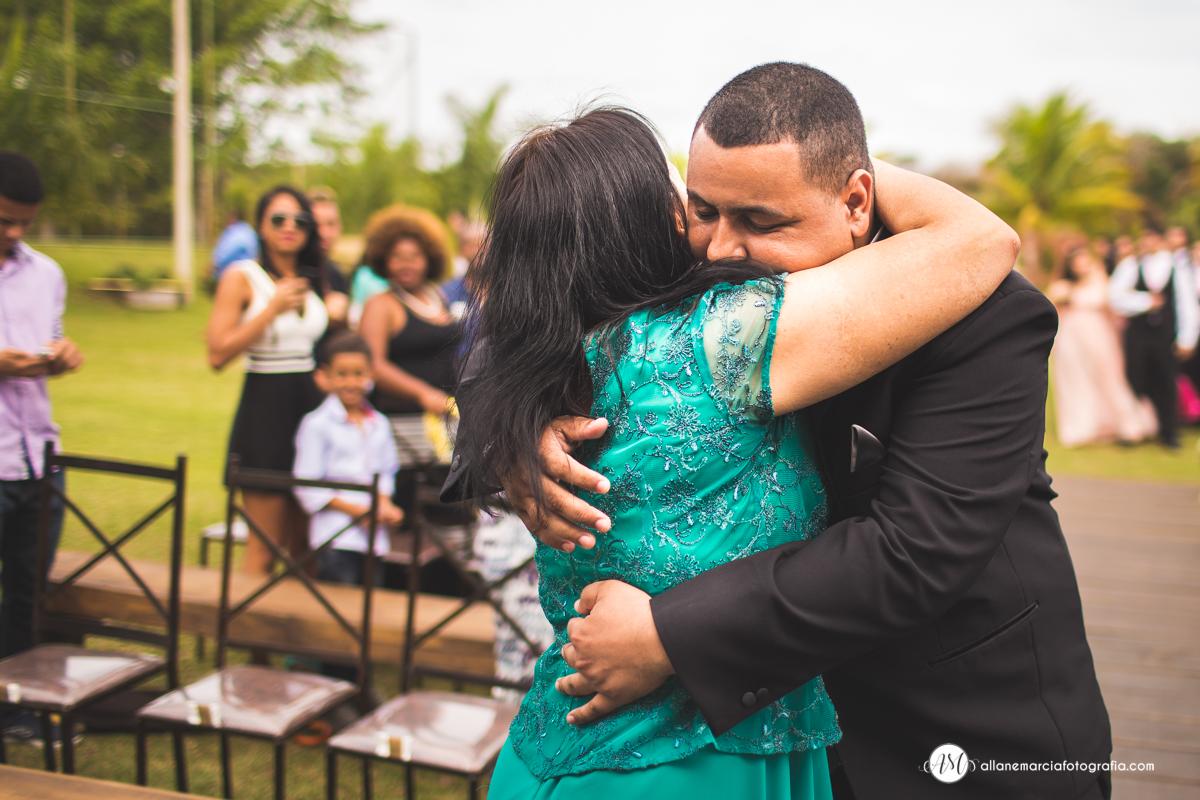 abraço emocionado do noivo e a mãe