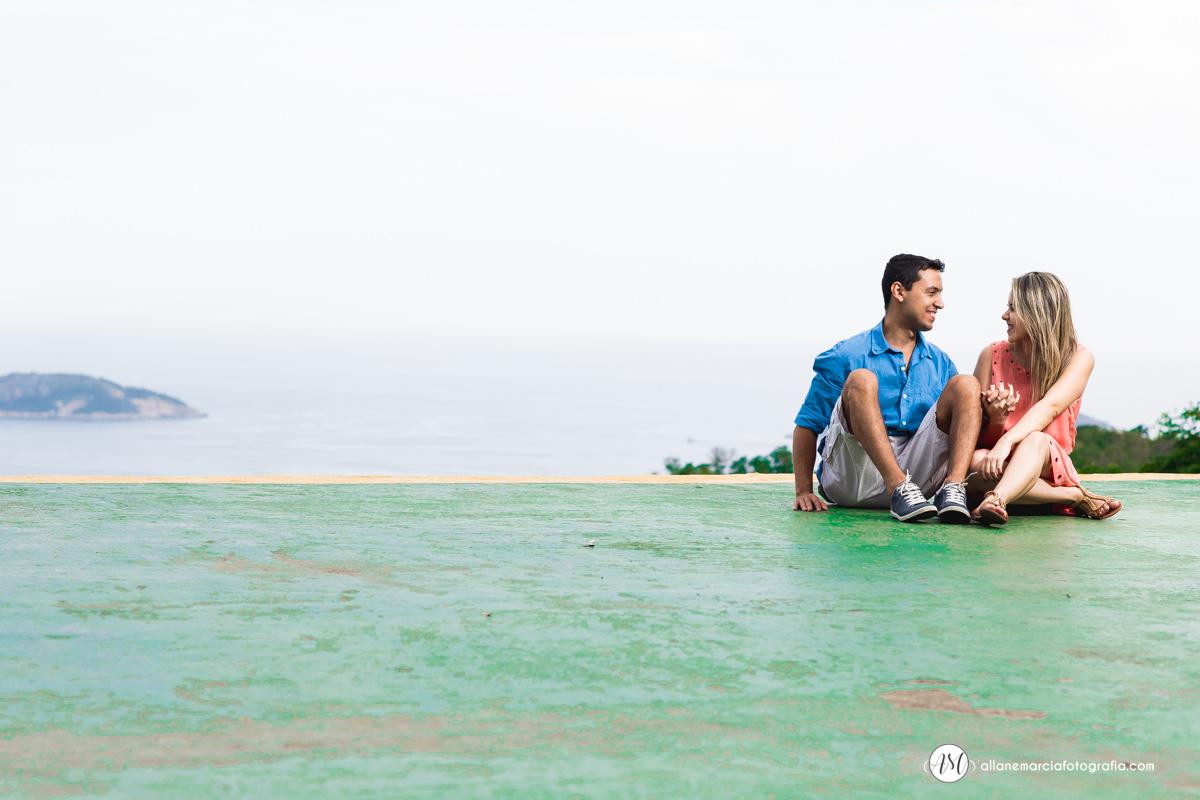 foto do casal sentados em niteroi
