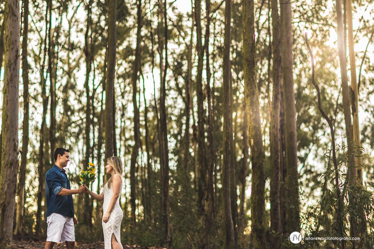 fotografia de casal na floresta