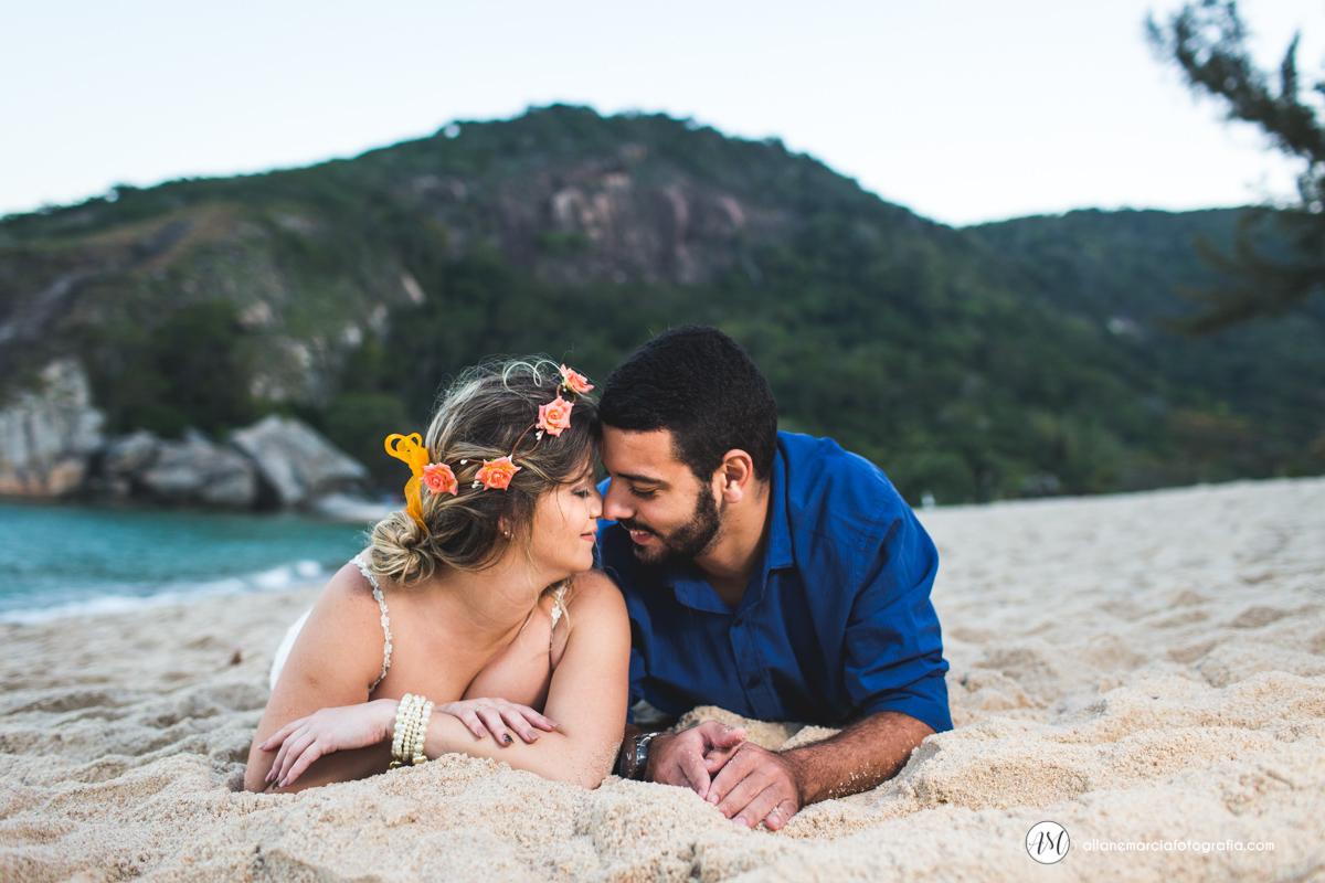 noivos deitado na praia