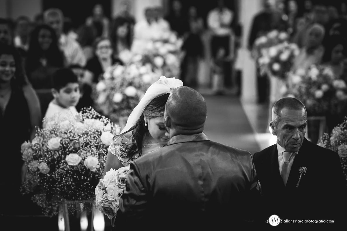 noivo beijando a testa da noiva