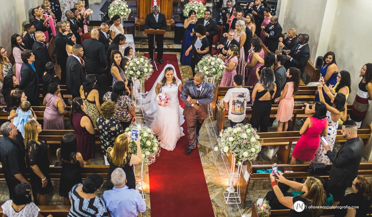 noivos saindo da igreja no casamento