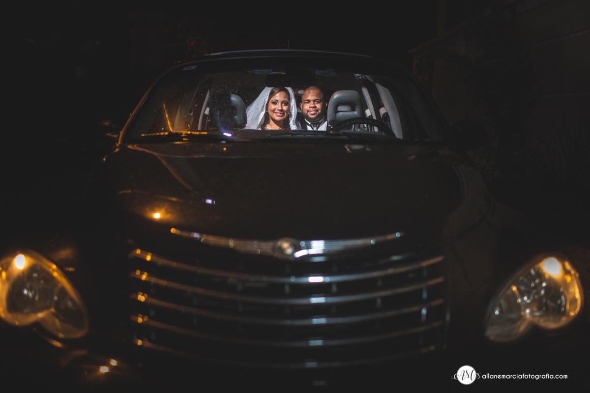 noivo no carro