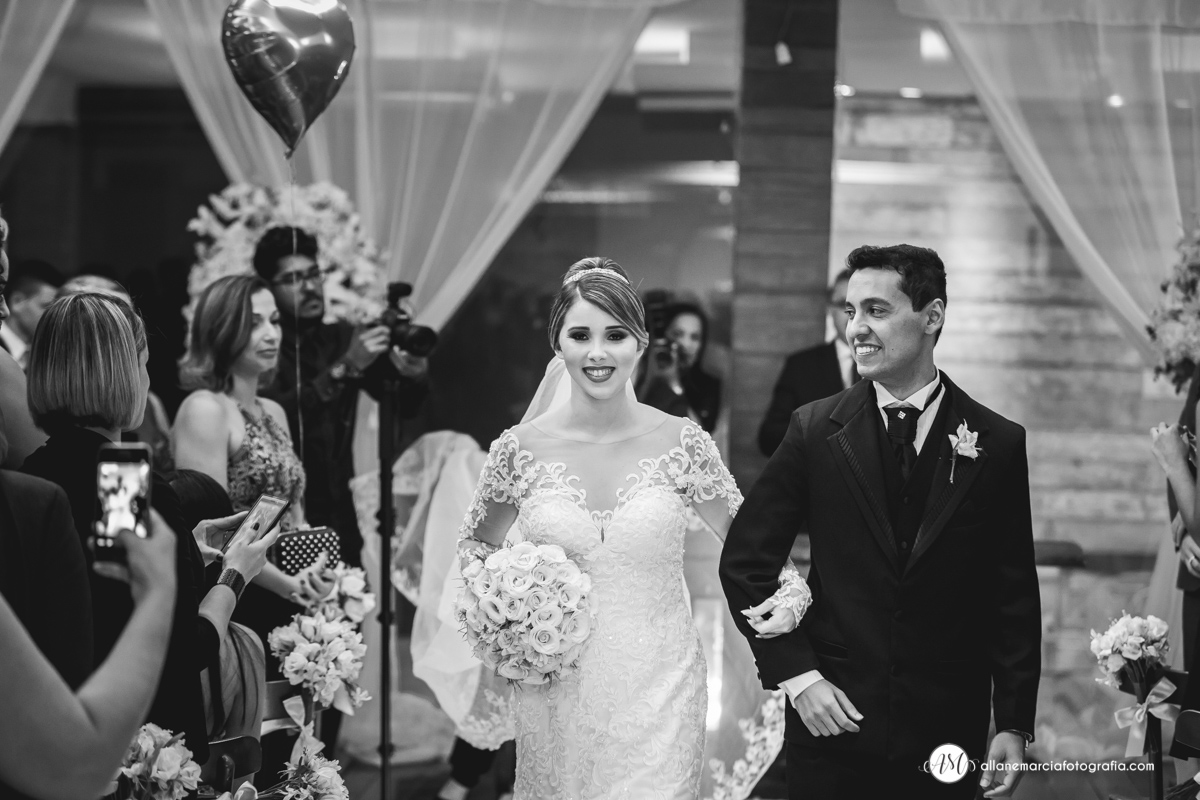 Saída de noivos em casamento