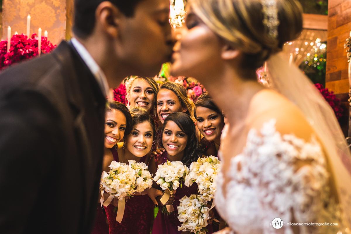 madrinhas olhando noivos se beijando