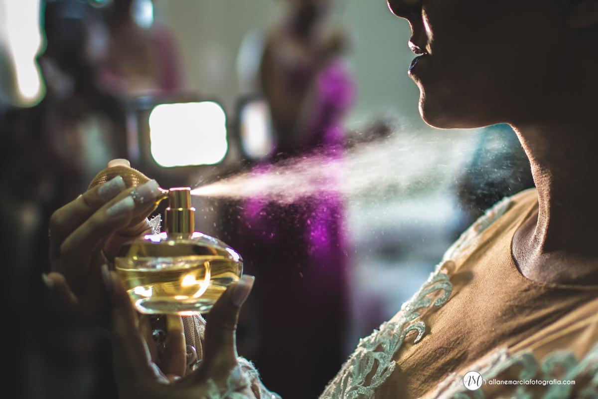 noiva colocando perfume