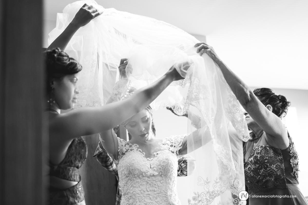 noiva colocando véu