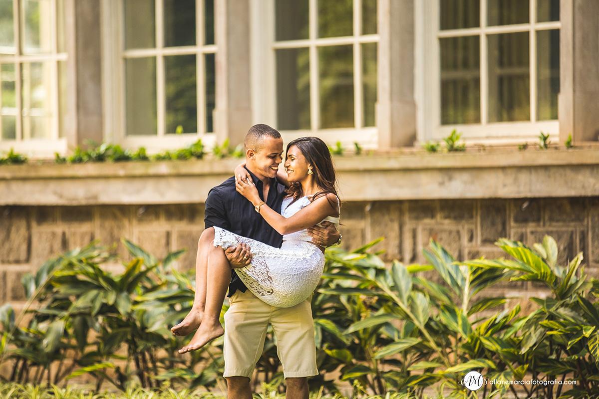 noiva segurando noiva nos braços