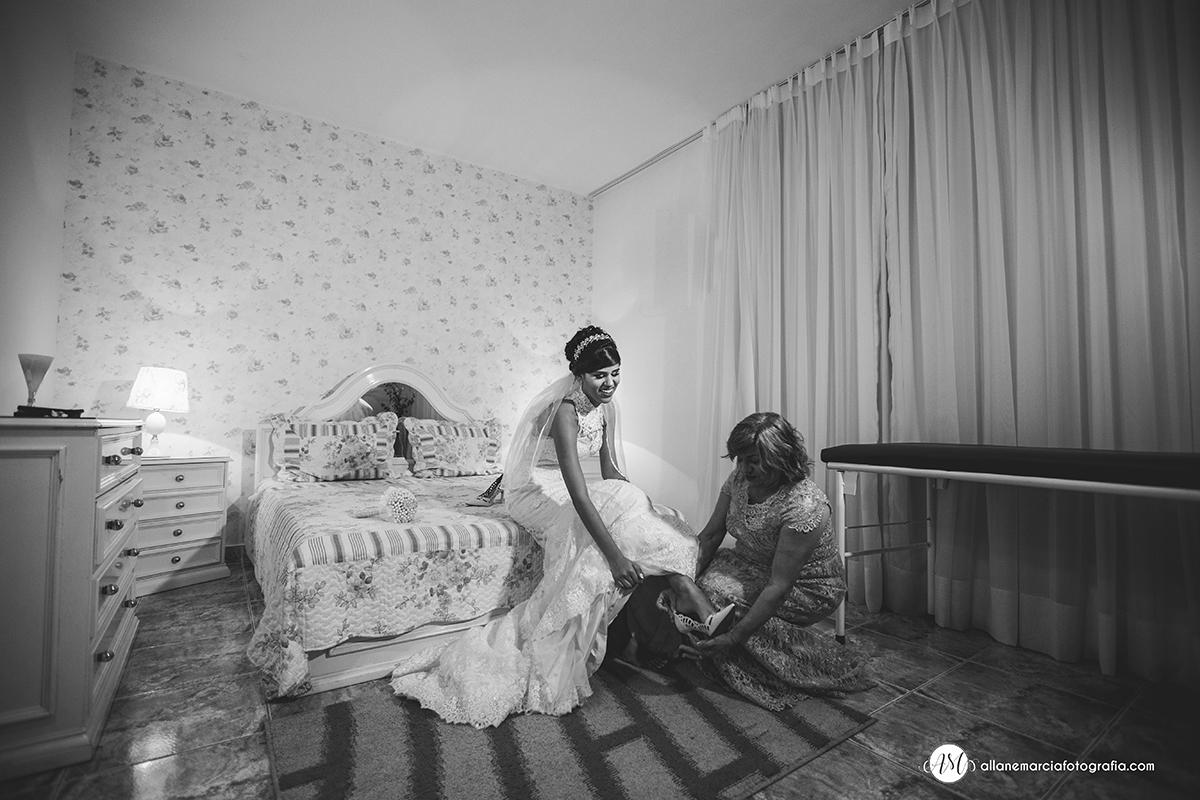noiva e mãe colocando o sapato