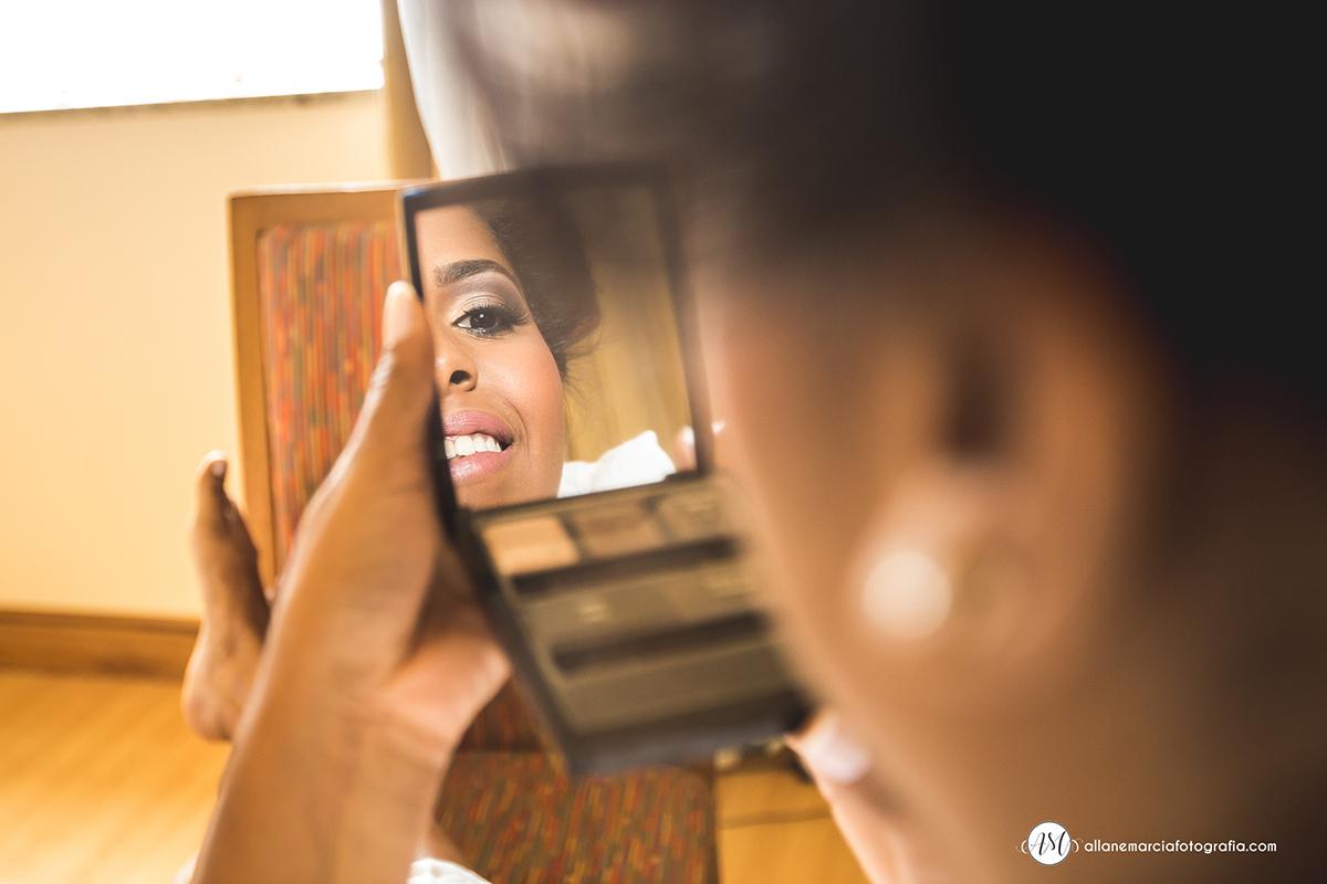 noiva se olhando no espelho