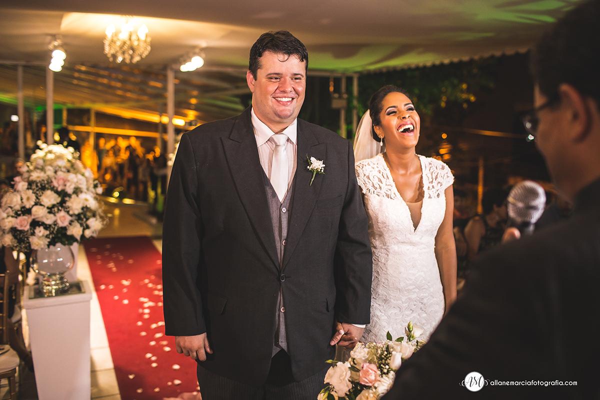 noivos felizes no casamento