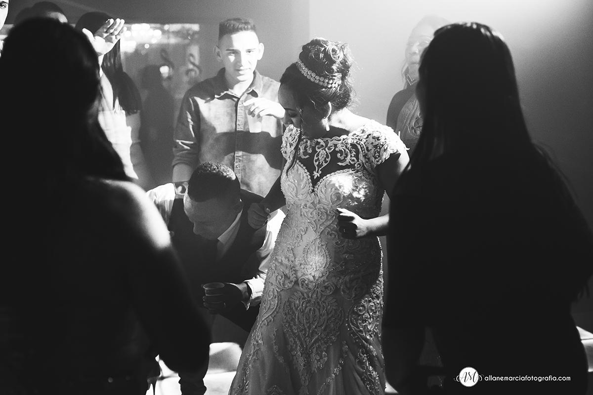 noivos na pista de dança
