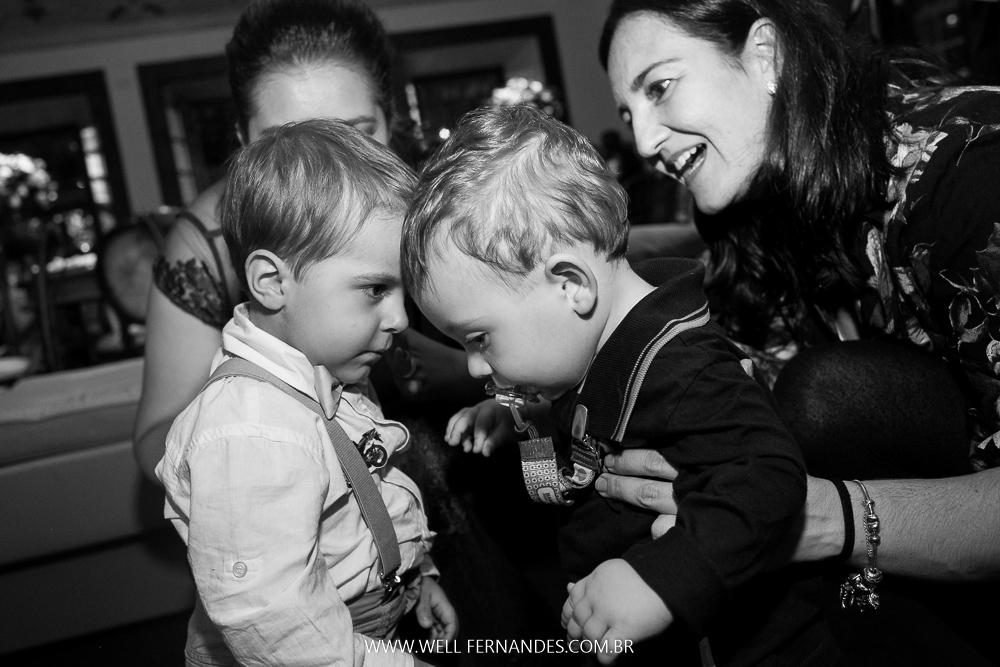 bebês brincando no casamento