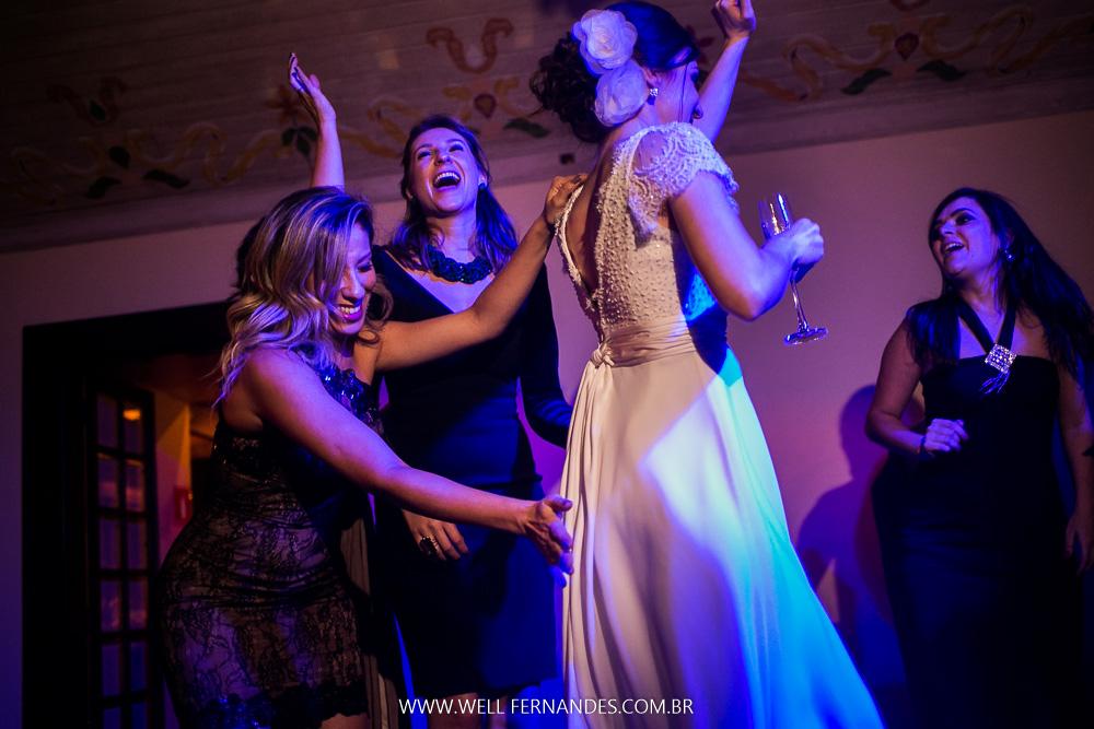 noiva e madrinha dançando Annita
