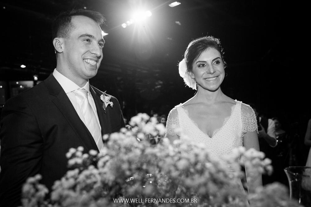 noivos felizes na cerimônia