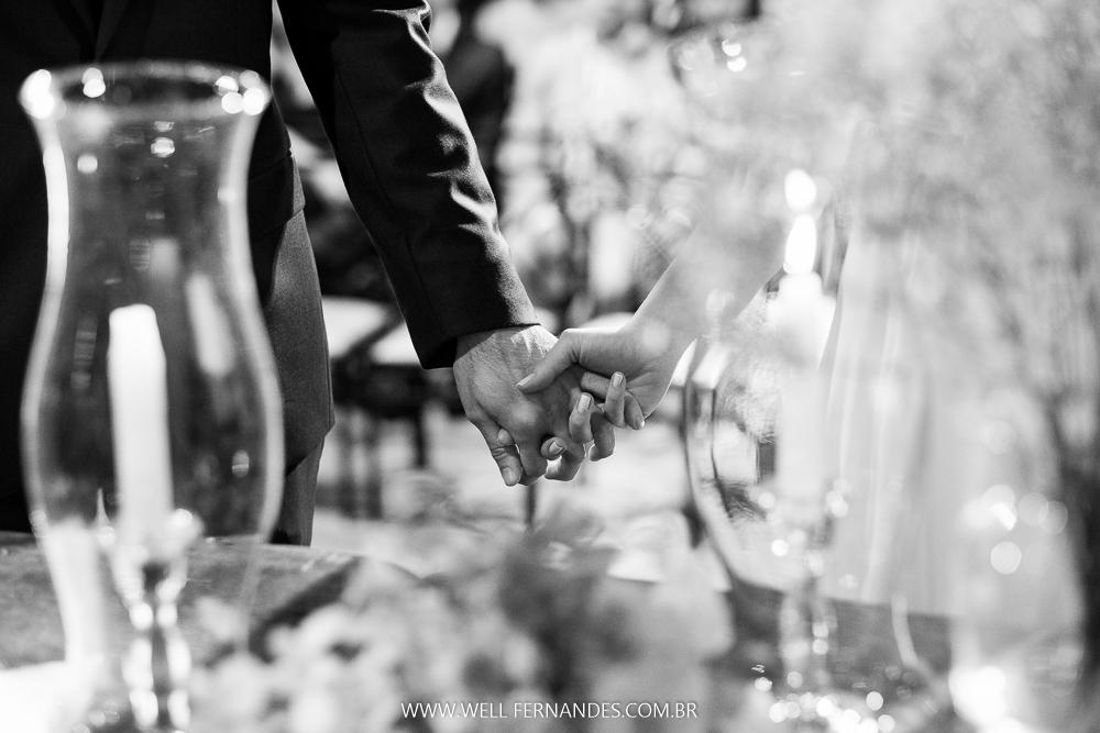 mão dadas dos noivos