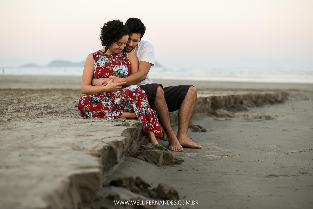 casal relaxando na praia