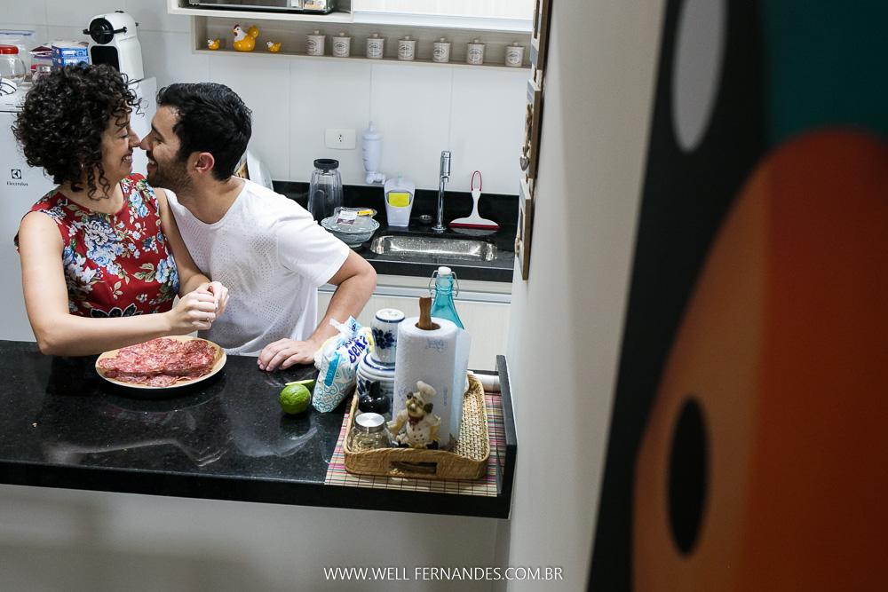 fotografando casal preparando comida