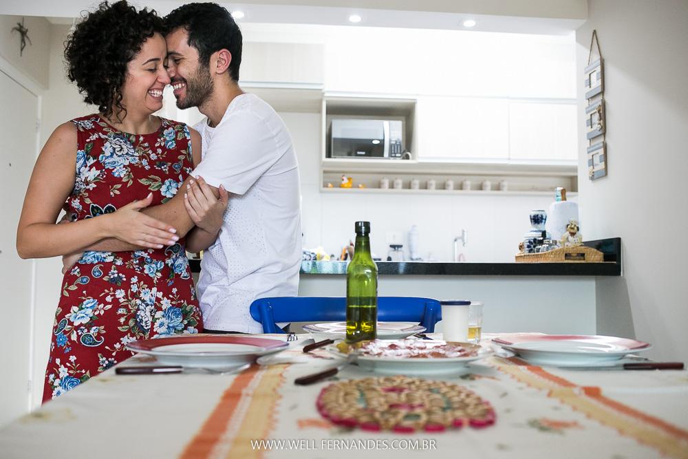 abraço romantico na cozinha