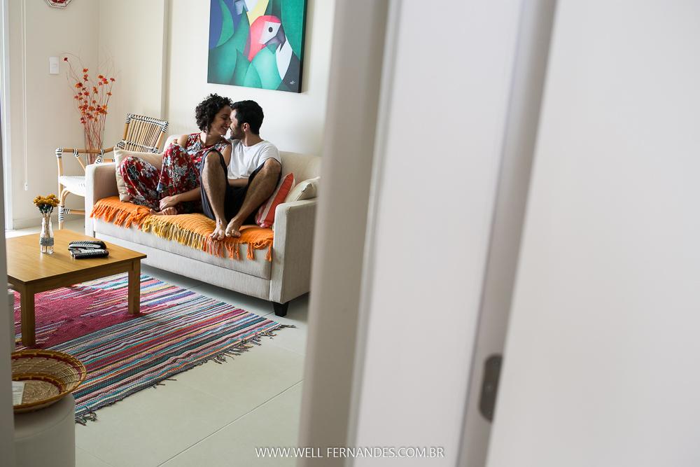 casal se amanda na sala