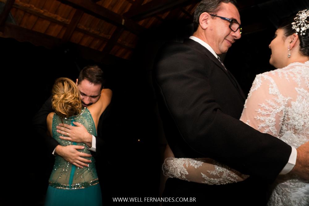 abraços do noivo em sua mae