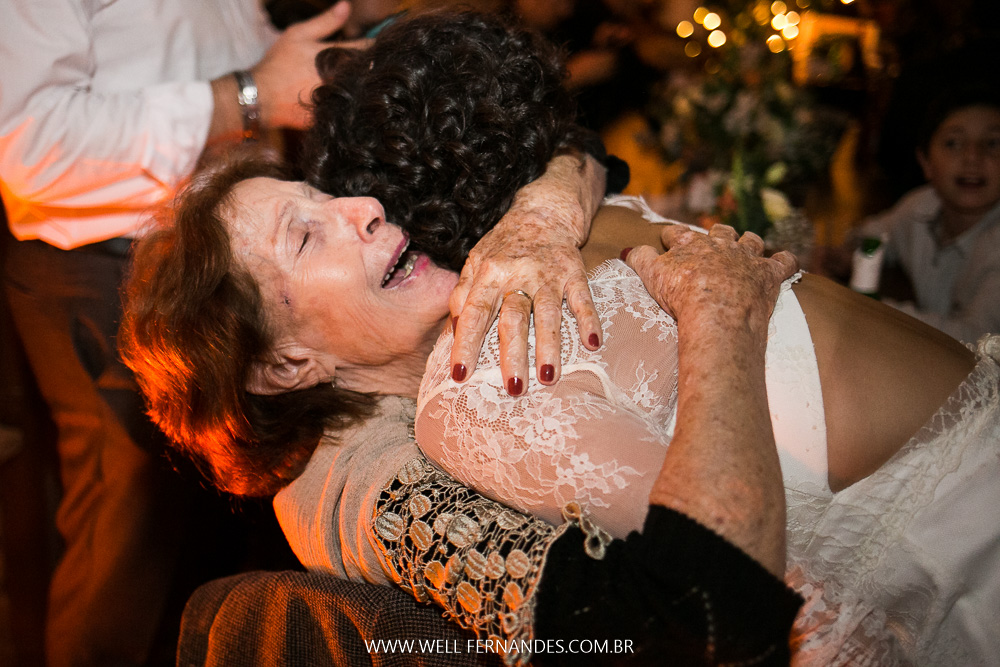 abraço da avó nos noivos