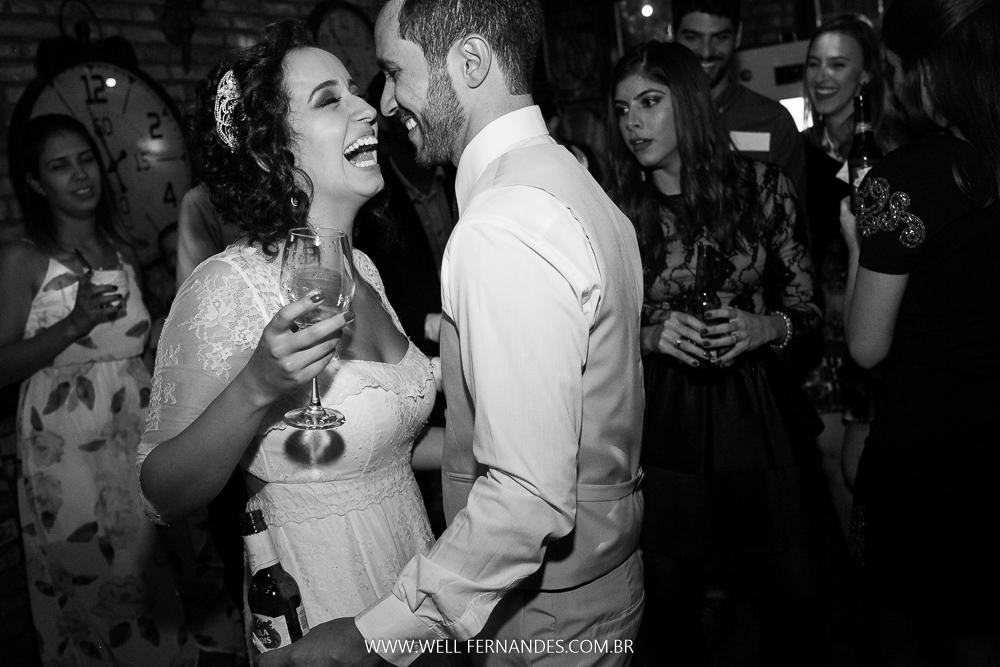 alegria dos noivos e a festa