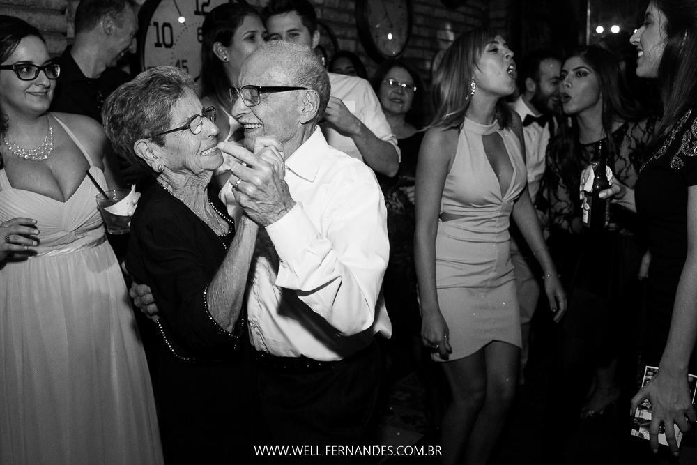 avós dançando na festa de casamento
