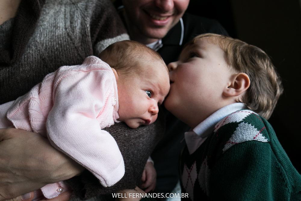 beijo do irmão na testa da nenem