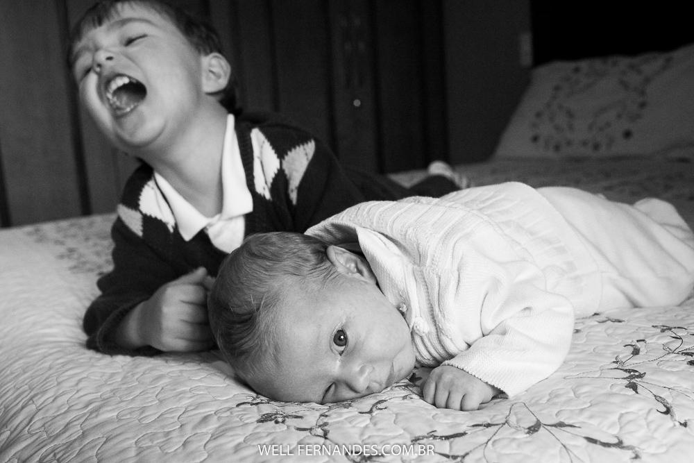 irmãozinho brincando com a nenm